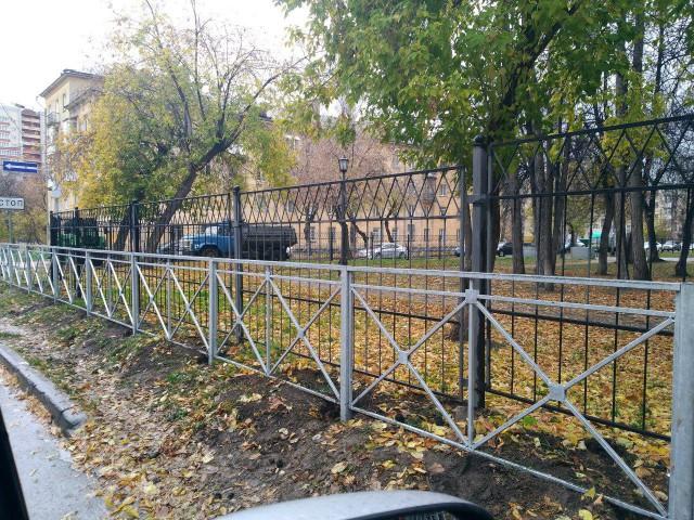 В Новосибирске местные рабочие  установили забор, который отгораживает другой забор
