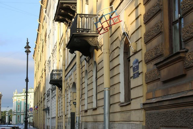 Художник установил на доме в Петербурге российский флаг в виде решетки
