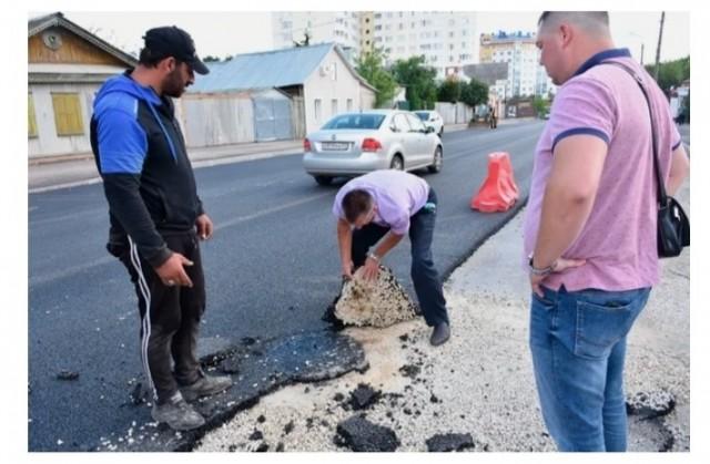 Российский депутат голыми руками порвал возмутивший его асфальт