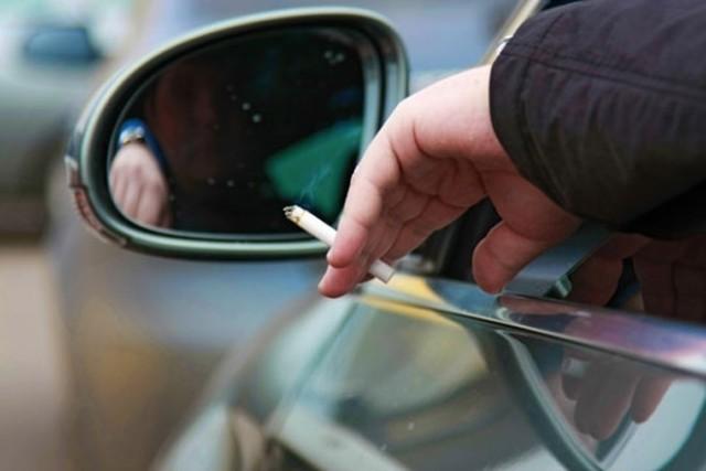 В Госдуме предложили запретить водителям курить за рулем