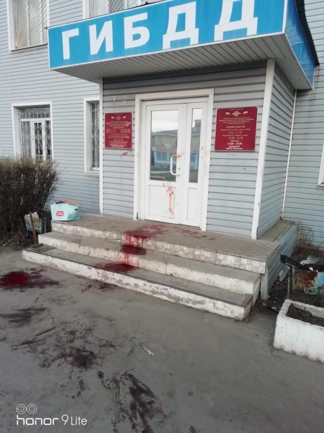 В Воронежской области вход в здание ГИБДД залили кровью. Потерпевший стучался в полицию, но дежурный мирно спал