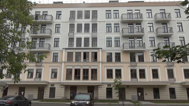 Московская судья на особых условиях купила элитное жилье в доме, где должны были расселять сирот, молодых семей