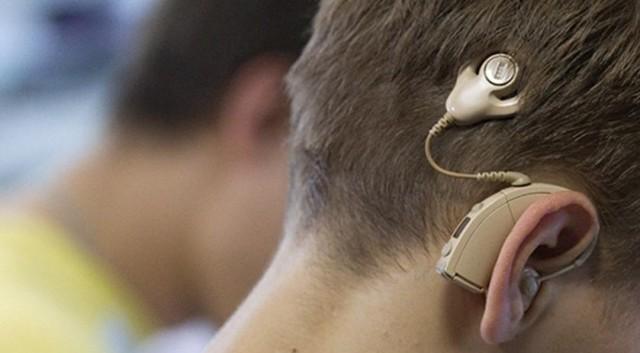 Школьника заставили снять слуховой аппарат на ЕГЭ