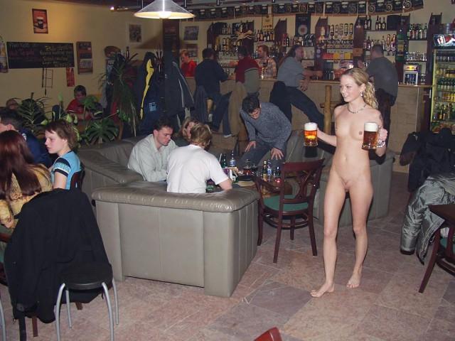Секс в ресторане с официанткой