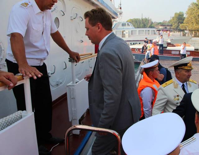 Нового губернатора Севастополя не узнал капитан катера и не хотел пускать на парад