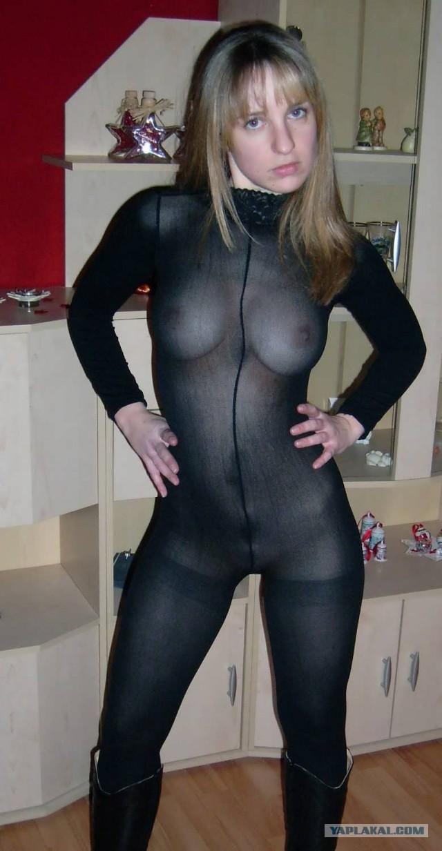 У молодых пухленьких девушек на улице просвечиваются черные юбки 12 фотография