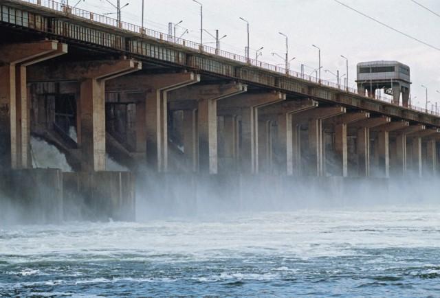 Под Волгоградом мужчина прыгнул с ГЭС, оставив посреди плотины Lexus