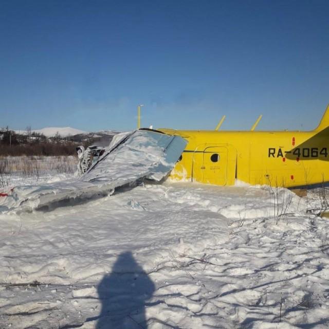 В Магадане самолет Ан-2 сразу после взлета совершил жесткую посадку