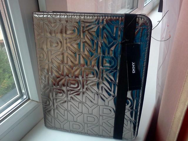 Чехол для iPad от DKNY.
