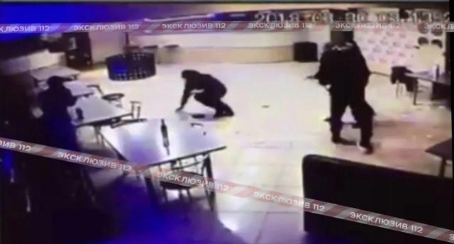 Выстрел в упор. Дебоширы с ножами напали на наряд
