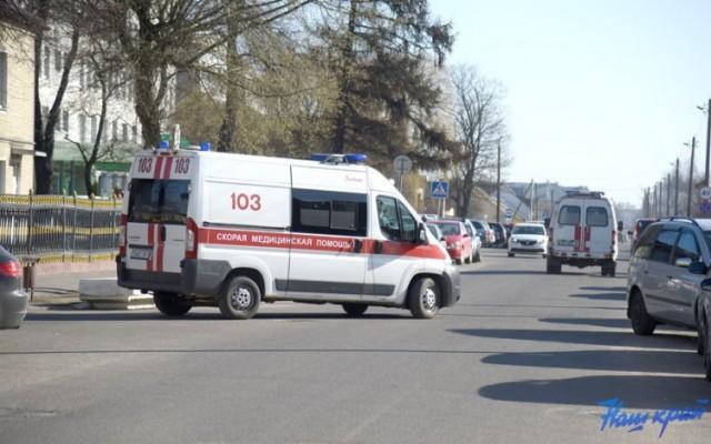 В Барановичах сломавшийся автомобиль скорой помощи починили проезжавшие мимо водители