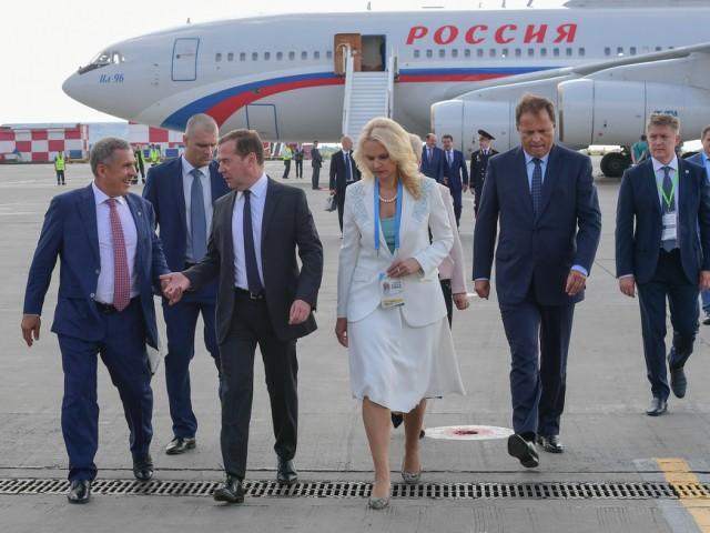 «Стоять будем неограниченно». Медведев и его коллега из КНР отужинали в Павловском дворце, горожане вновь томятся в электричках
