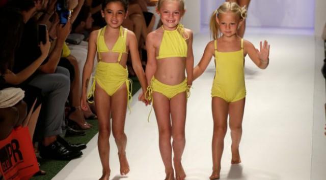 Девочки в бикини вышли на модный показ и спровоцировали скандал