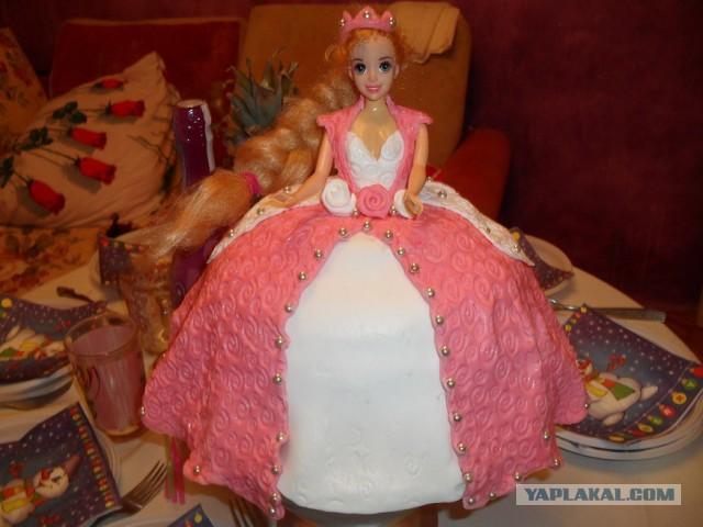 Любимая жена сделала торт на день рождения дочке.