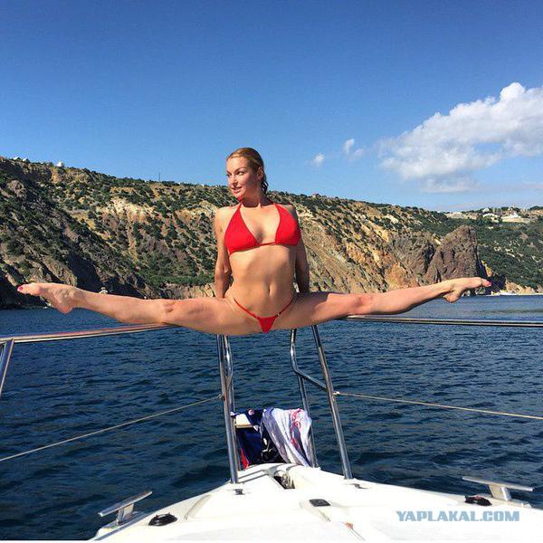 Анастасия Волочкова на фоне крымских гор