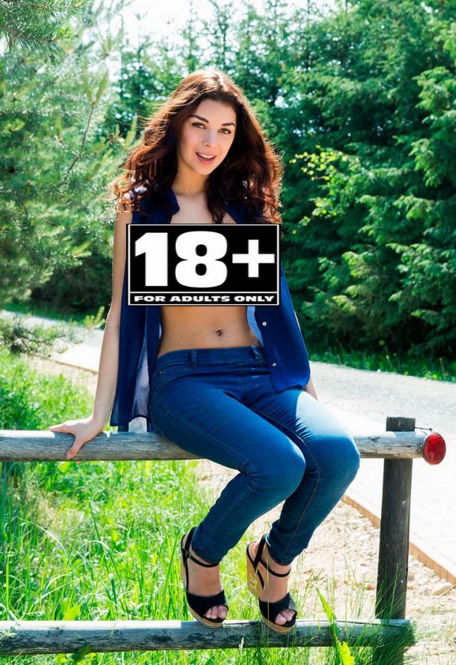 Брюнетка топлес 18+