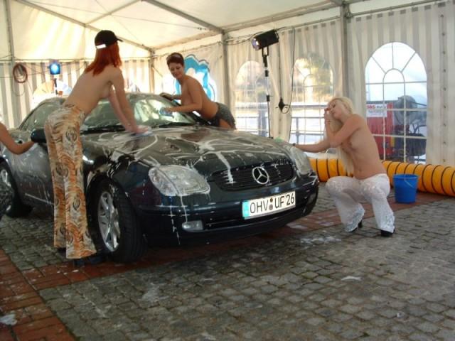 Топлесс автомойка в Берлине