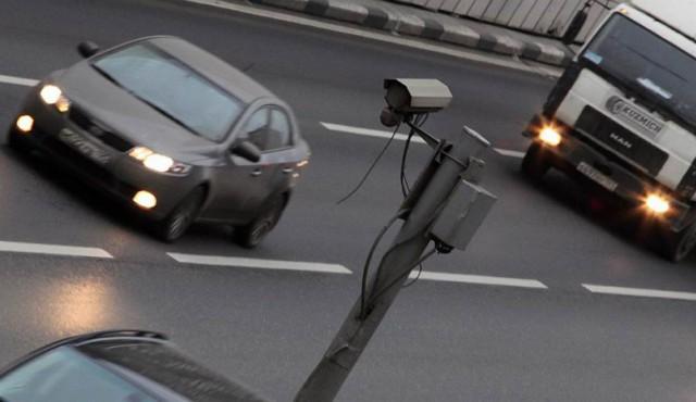 Жители Омска массово запинывают треноги, на которых стоят камеры видеофиксации