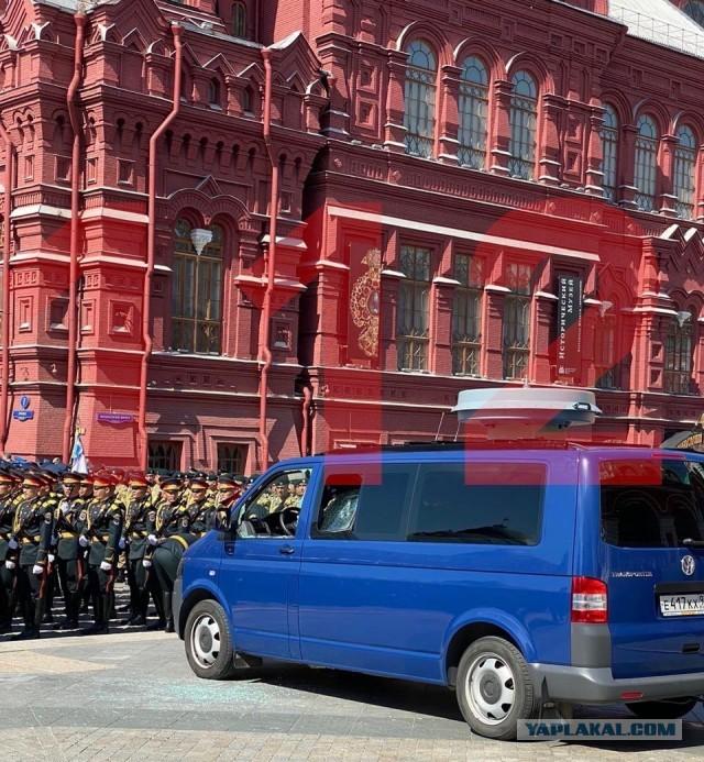 Солдат разбил стекла машины ФСО перед парадом на Красной площади