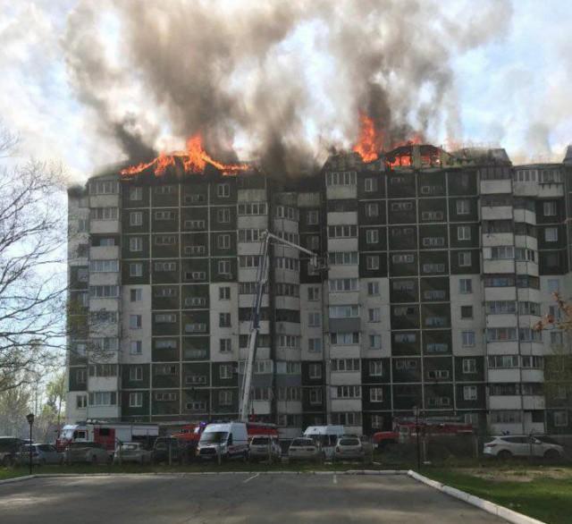 В Южно-Сахалинске горит 10-этажный дом