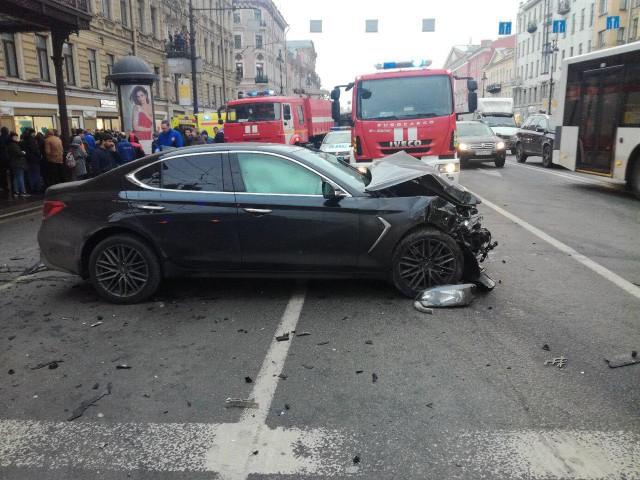 Смертельное ДТП: Автомобиль вылетел на тротуар на Невском проспекте в Петербурге