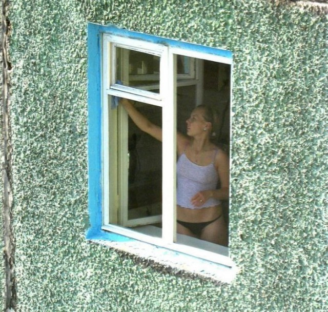 Подглядывания женщина в окне