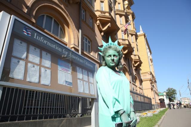 «Забитая» статуя Свободы вышла к посольству США в