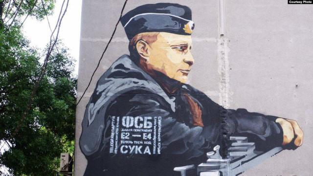 На мурале с изображением Путина в Крыму появилось «послание к ФСБ»