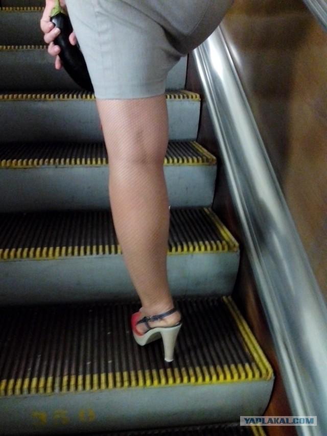 Под юбкой в метро в москве