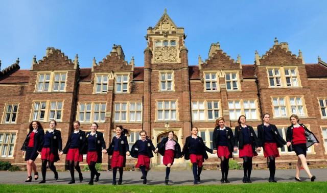 В британских школах появились унисекс-кабинки. Но девочкам стало еще хуже
