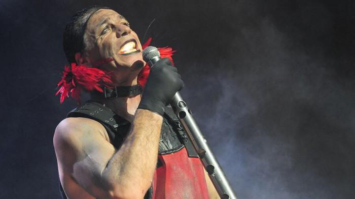 Солист Rammstein сломал челюсть своему фанату
