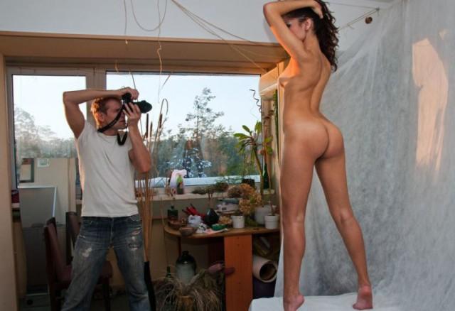 Фотограф работает с моделью