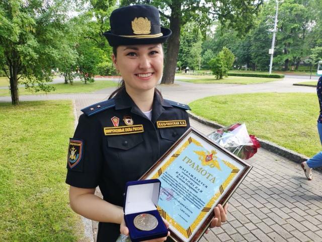 Участницу парада Победы в Калининграде, которая потеряла туфлю, поощрили за профессионализм