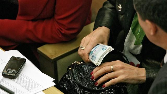 Россиян призвали не завидовать астрономическим зарплатам чиновников и депутатов