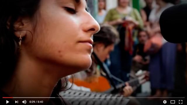 Уличные музыканты. Красивый голос девушки