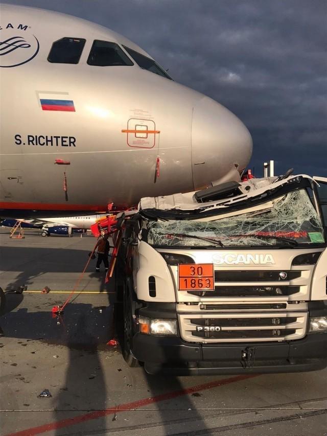 Аэропорт Шереметьево желает вам доброго утра — там сегодня утром бензовоз протаранил самолет