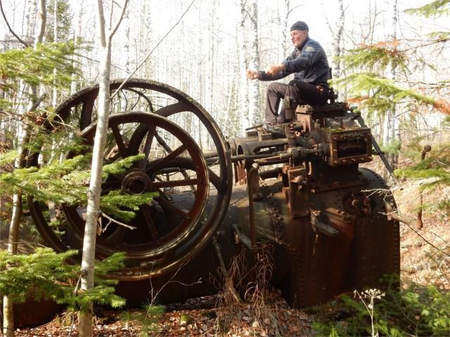 Путешественник нашел в тайге под Красноярском старинную паровую машину