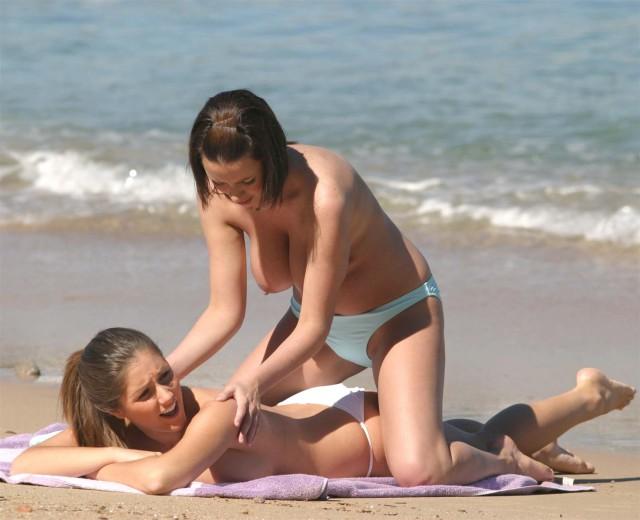 Папарацци засняли двух моделей, отдыхающих на пляже во время отпуска [18+]