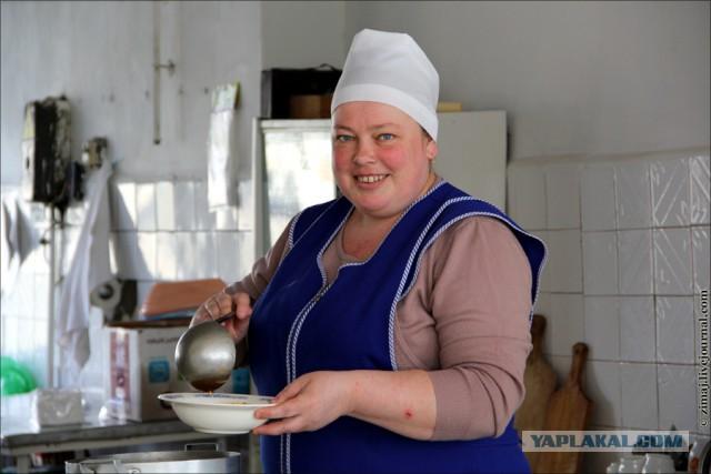 Толстая на кухне