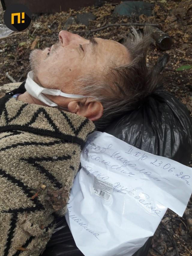 В Омске скорая выбросила у гаражей пожилого мужчину.