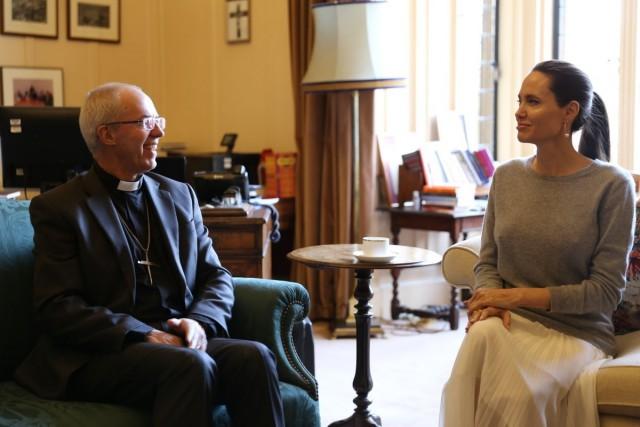 Джоли встретилась с архиепископом Кентерберийским без бюстгальтера