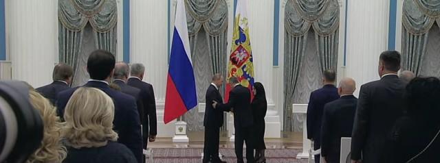 Весь зал встал, когда Путин вручал Звезду Героя родителям Нурбагандова