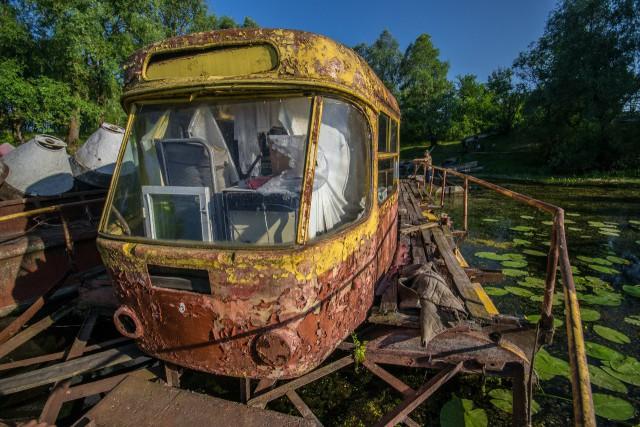 Заброшенный плавучий трамвай-дача для летнего отдыха