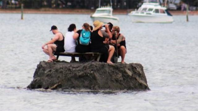 Новозеландцы построили остров, чтобы в Новый год обойти сухой закон