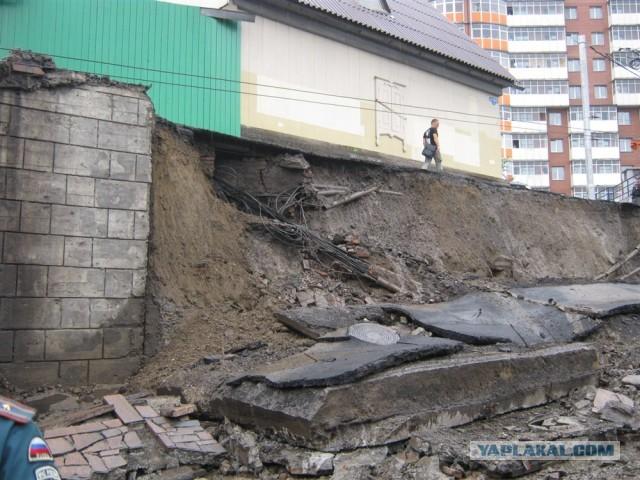 На проспекте Свободный в Красноярске рухнула стена
