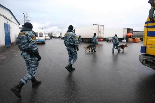 На овощебазе в Петербурге дерутся больше 100 человек, один мужчина погиб