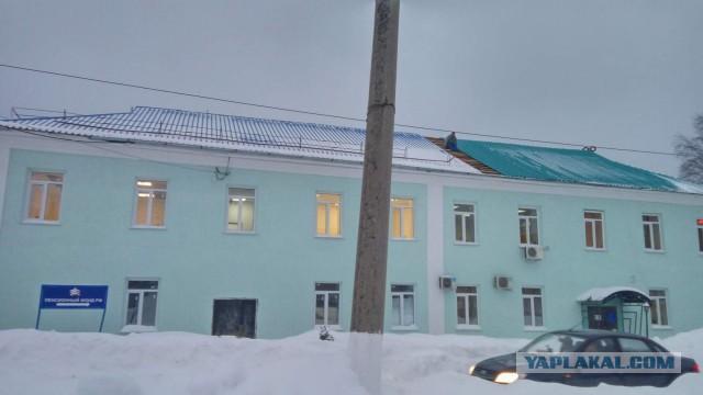 В пгт. Яшкино (Кузбасс) Пенсионный Фонд России меняет новую синюю кровлю на новую зеленую