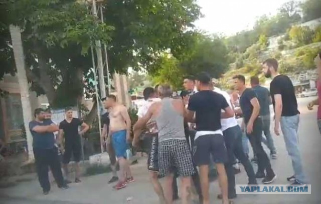 Толпа вооружённых людей приехала «навести порядок» в севастопольской Терновке