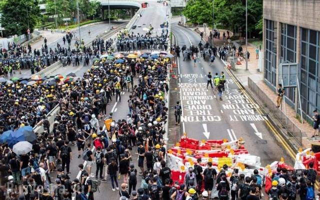 """""""Майдан"""" в Китае — демонстранты штурмуют здание Законодательного Совета в Гонконге"""