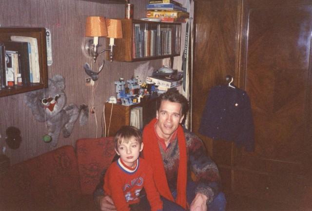 Арнольд Шварценеггер дома у фотожурналиста Сергея Лойко с его сыном Степаном, 1988 год